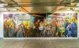 Mosaiken som göras av tegelplattor på väggen i stationstider, kvadrerar Arkivfoton