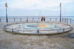 Mosaiksonnenuhr am Fuß der Treppe auf der Promenade Stockbild