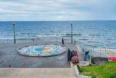 Mosaiksonnenuhr in Svetlogorsk, Russland Lizenzfreie Stockfotografie