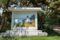 Mosaikståenden av den unga nordkoreanska ledaren Kim Il-sjöng i Mangyongdae royaltyfria bilder
