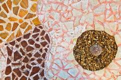 Mosaikwand von unterbrochenen Keramikziegeln Stockfotografie