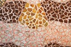 Mosaikwand von unterbrochenen Keramikziegeln Stockfotos