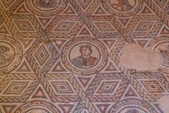 Mosaisk garnering av fördärvar av den forntida villan Romana del Casale royaltyfri foto