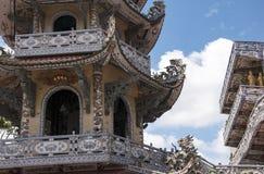 Mosaisk pagod Lin Phuoc i staden av Dalat Vietnam, en buddistisk tempel delningar royaltyfri foto