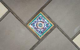 Mosaisk tegelplatta på golv Arkivfoton