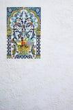 Mosaiska tegelplattor av blom- motiv som är inpassade i en vägg Royaltyfri Bild