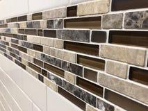 Mosaiska tegelplattor gjorde av exponeringsglas och stenen, nyligen installerat på väggen som garnering- eller kökbacksplash royaltyfri foto