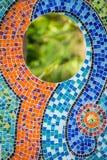 Mosaiska tegelplattor på väggen med spegeln Fotografering för Bildbyråer