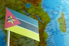 Mosambik-Flagge mit einer Kugelkarte als Hintergrund Stockbilder