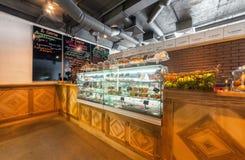 MOSCÚ - AGOSTO DE 2014: El café gastrónomo interior Imágenes de archivo libres de regalías
