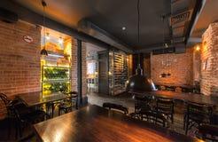 MOSCÚ - AGOSTO DE 2014: El interior del bar de vinos fotografía de archivo libre de regalías