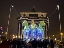 Moscú, arco triunfal y caballos eléctricos Fotos de archivo