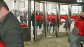 Moscú - circa abril de 2018: Puerta que entra de la gente de la nueva estación de metro almacen de video
