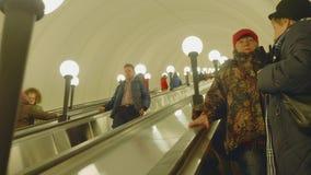 Moscú - circa abril de 2018: Vista del movig de la gente abajo usando la escalera móvil almacen de video