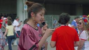 MOSCÚ - CIRCA JULIO DE 2018: El Blogger hace los informes video sobre fanáticos del fútbol antes de que el partido metween a los  almacen de video