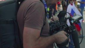 MOSCÚ - CIRCA JULIO DE 2018: El Blogger hace los informes video sobre fanáticos del fútbol antes de que el partido metween a los  almacen de metraje de vídeo