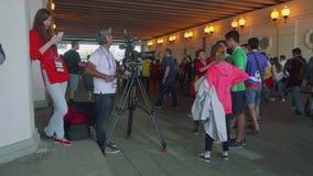 MOSCÚ - CIRCA JULIO DE 2018: El equipo de cámara del canal español se entrevista con fans de España antes de partido de fútbol almacen de video