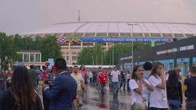 MOSCÚ - CIRCA JULIO DE 2018: El equipo de cámara del canal de televisión hace informe en línea sobre fanáticos del fútbol después almacen de metraje de vídeo
