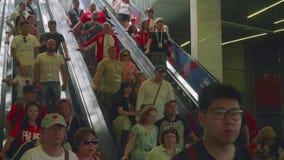 Moscú - circa julio de 2018: Escalera móvil del uso de la gente a conseguir al staduim de Luzhniki en Moscú metrajes
