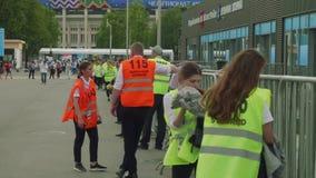 MOSCÚ - CIRCA JULIO DE 2018: Espera de Valunteers para los fanáticos del fútbol en Luzhniki después del partido entre Rusia y Esp almacen de metraje de vídeo