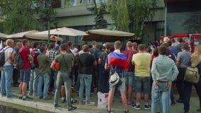 MOSCÚ - CIRCA JULIO DE 2018: La muchedumbre de fanáticos del fútbol mira el juego en café de la calle cerca del estadio de Luzhni almacen de metraje de vídeo