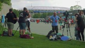 MOSCÚ - CIRCA JULIO DE 2018: Los equipos de cámara de diversos canales de televisión están listos para resolver fanáticos del fút metrajes