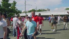 MOSCÚ - CIRCA JULIO DE 2018: Los fanáticos del fútbol de los países diferentes van al estadio a ver el partido almacen de metraje de vídeo
