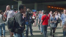 Moscú - circa julio de 2018: Opinión el equipo de cámara lista para entrevistarse con fanáticos del fútbol almacen de video