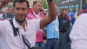 MOSCÚ - CIRCA JULIO DE 2018: Vista de los fanáticos del fútbol después del partido entre Rusia y España Estadio de Luzhniki almacen de metraje de vídeo