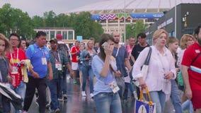 MOSCÚ - CIRCA JULIO DE 2018: Vista de los fanáticos del fútbol después del partido entre Rusia y España Estadio de Luzhniki metrajes
