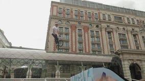 MOSCÚ - CIRCA SEPTIEMBRE DE 2017: Apriete en el centro de la ciudad durante festival de la ciudad almacen de metraje de vídeo