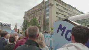 MOSCÚ - CIRCA SEPTIEMBRE DE 2017: Demostración de la bici del reloj de la gente en el centro de la ciudad durante festival de la  almacen de metraje de vídeo