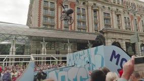 MOSCÚ - CIRCA SEPTIEMBRE DE 2017: La muchedumbre en el centro de la ciudad durante festival de la ciudad mira la bici mostrar metrajes