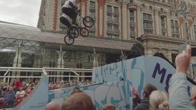 MOSCÚ - CIRCA SEPTIEMBRE DE 2017: La muchedumbre en el centro de la ciudad durante festival de la ciudad mira la bici mostrar almacen de metraje de vídeo