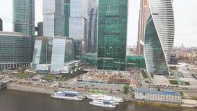Moscú-ciudad clip Rusia Rascacielos grandiosos en la costa cerca del río de Moscú La torre de la evolución es a almacen de metraje de vídeo