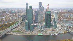 Moscú-ciudad clip Rusia Rascacielos grandiosos en la costa cerca del río de Moscú La torre de la evolución es a metrajes