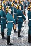 Soldados con los armas del guardia de honor del regimiento presidencial Foto de archivo
