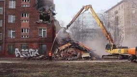 MOSCÚ - 25 DE MARZO DE 2015: el excavador demuele schoo del edificio 205 almacen de metraje de vídeo