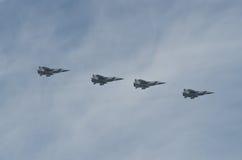 MOSCÚ - 9 DE MAYO: Cuatro aviones de combate MIG-31 en desfile dedicaron al 70.o aniversario de la victoria en la gran guerra pat Foto de archivo