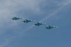 MOSCÚ - 9 DE MAYO: Cuatro aviones de combate SU-34 en desfile dedicaron al 70.o aniversario de la victoria en la gran guerra patr Foto de archivo libre de regalías
