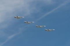 MOSCÚ - 9 DE MAYO: Cuatro aviones de combate SU-24M en desfile dedicaron al 70.o aniversario de la victoria en la gran guerra pat Foto de archivo libre de regalías