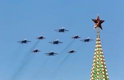 MOSCÚ - 9 DE MAYO: Equipo aeroacrobacia Swifts de la demostración en Mig-29 Fotografía de archivo libre de regalías