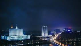 MOSCÚ - 23 DE NOVIEMBRE: La casa del gobierno de Rusia, Arbat, noche almacen de metraje de vídeo