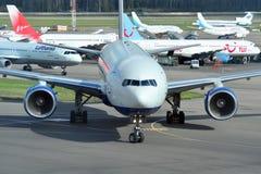 MOSCÚ - 5 DE SEPTIEMBRE: Aeroplano en el aeropuerto Domodedovo Imagen de archivo libre de regalías
