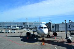 MOSCÚ - 5 DE SEPTIEMBRE: Aeroplano en el aeropuerto Domodedovo en el 5 de septiembre de 2012 en Moscú El aire más grande y modern Imagen de archivo libre de regalías