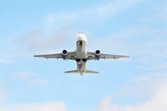 Airbus A320 en cielo Foto de archivo libre de regalías