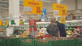MOSCÚ 29 DE SEPTIEMBRE DE 2018: La gente de la diversidad compra productos en Auchan Mucha gente hace compras en el hipermercado  almacen de metraje de vídeo
