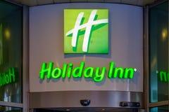 Moscú - 17 de septiembre de 2018: Logotipo en la entrada principal del hotel Holiday Inn imagen de archivo