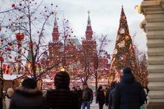 MOSCÚ - Diciembre, 10 2016: Árbol de navidad cerca del edificio de la tienda universal del estado de la GOMA en cuadrado rojo Imagenes de archivo