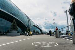 Moscú, Domodedovo, Rusia - 29 de mayo de 2017: Lugar para la zona que fuma o de fumadores delante de la entrada principal al aero Imagenes de archivo